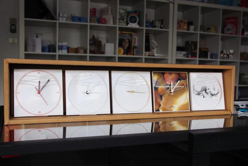 Série d'horloges en carton